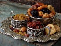 从干果子-日期,无花果,杏子,修剪,葡萄干, cranberrie不同的品种的构成在木背景的 免版税库存照片