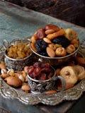 从干果子-日期,无花果,杏子,修剪,葡萄干, cranberrie不同的品种的构成在木背景的 库存照片