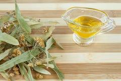 干柠檬花和蜂蜜准备的寒冷和流感草本补救 免版税图库摄影