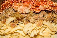 干桔子、石灰、葡萄柚和菠萝采取特写镜头 免版税库存照片