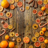 干桔子和甜点在木背景 库存图片