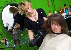 干毛发美发师工作 免版税库存图片