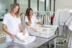 干洗剂的愉快的洗衣店工作者 免版税图库摄影