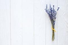 干淡紫色花束在木台式视图的 库存照片