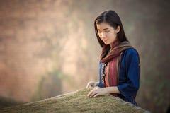 干烟草叶子老挝人女孩选择c的质量 库存照片