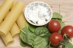 干烤碎肉卷子面团用蕃茄、菠菜叶子和乳清干酪乳酪 库存图片