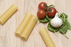 干烤碎肉卷子面团用蕃茄、菠菜叶子和大蒜 库存图片
