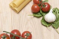 干烤碎肉卷子面团用蕃茄、菠菜叶子和大蒜 免版税库存照片
