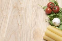 干烤碎肉卷子面团用蕃茄、菠菜叶子和大蒜 图库摄影