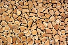 干燥切好的木头照片,火的木日志或在背景纹理的堆整洁地堆积的壁炉 库存图片