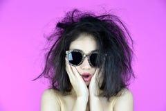 干燥和损坏的头发问题,对她的杂乱被缠结的头发的少妇忧虑 库存照片