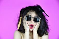 干燥和损坏的头发问题,对她的杂乱被缠结的头发的少妇忧虑 免版税库存照片