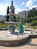 干燥喷泉的妇女在一个明亮的晴天 免版税图库摄影