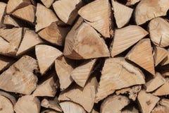 干燥山毛榉的木材准备好加热 木日志被堆积在彼此顶部 栈木头 免版税库存照片