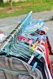 干燥布料和挂衣架在布料线 库存照片