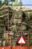 干燥干草堆到运输卡车里 图库摄影