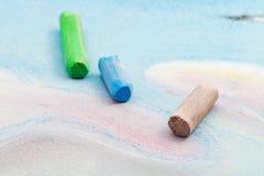 干燥柔和的淡色彩三根使用的棍子在图画的 库存照片