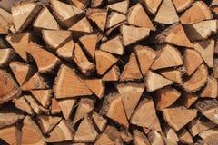 干燥橡木准备好加热 木日志被堆积在彼此顶部 栈木头 图库摄影