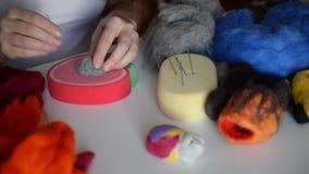 干燥毡合:妇女分布灰色毛毡纤维给期望形状 在创作的主要类  股票录像