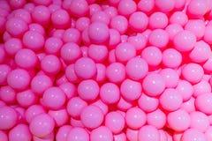 干燥水池充满桃红色塑料球 免版税图库摄影