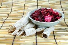 干燥泰国的点心上升了叶子和茶壶 免版税库存照片