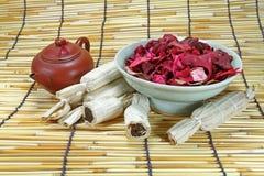 干燥泰国的点心上升了叶子和茶壶 免版税库存图片