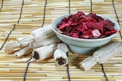 干燥泰国的点心上升了叶子和茶壶 库存照片