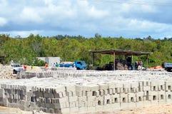 干燥煤渣砌块的工厂在阳光下 库存图片