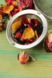 从干燥玫瑰的自然有机茶 库存图片