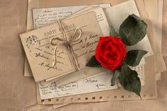 干燥红色玫瑰和老情书 免版税库存图片