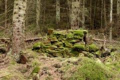 干燥老非常石头墙壁 免版税库存照片