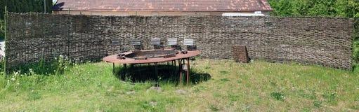 从干燥芦苇的农村篱芭包围被放弃的地方为 免版税库存图片