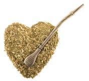 干燥茶叶铁伙伴的心脏有一bombilla的在白色背景孤立 库存照片