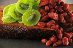 干燥草莓和猕猴桃 免版税库存照片