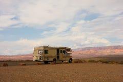 干燥野营在沙漠的rv 免版税库存照片