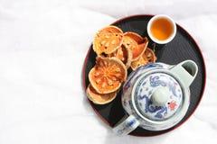 干燥Bael的果子和茶壶 免版税库存照片