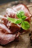 干猪肉衣领蒜味咸腊肠 免版税库存图片