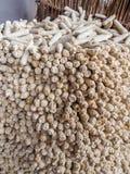 干玉米或玉米棒子被堆积使用作为燃料为柴火, Ha Kome洞家,莱索托,南部非洲 免版税库存图片