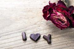 干玫瑰色和巧克力词我爱你 图库摄影