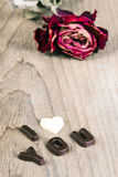 干玫瑰色和巧克力词我爱你 免版税库存图片
