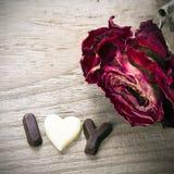 干玫瑰色和巧克力词我爱你 免版税库存照片