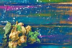 干玫瑰花束在美好的多彩多姿的木背景的 库存照片