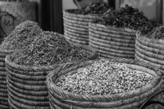 干玫瑰,淡紫色,roselle开花装饰混合的用途 五颜六色的自然有机清凉茶篮子在马拉喀什市场上 库存照片