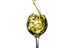干白葡萄酒涌入玻璃 免版税库存图片