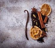 干红茶用香料和桔子 图库摄影