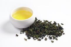 干绿茶和饮料在杯子 库存照片