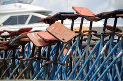 干船坞小船顶起背景 免版税库存图片