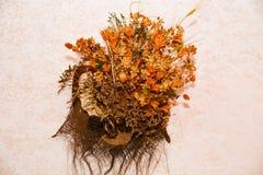 干花和草本在墙壁上 免版税图库摄影