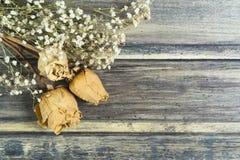 干花的花束与三朵白玫瑰的 免版税库存图片