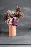 干花的静物画图象在土气花瓶的反对被风化的木背景 免版税库存图片